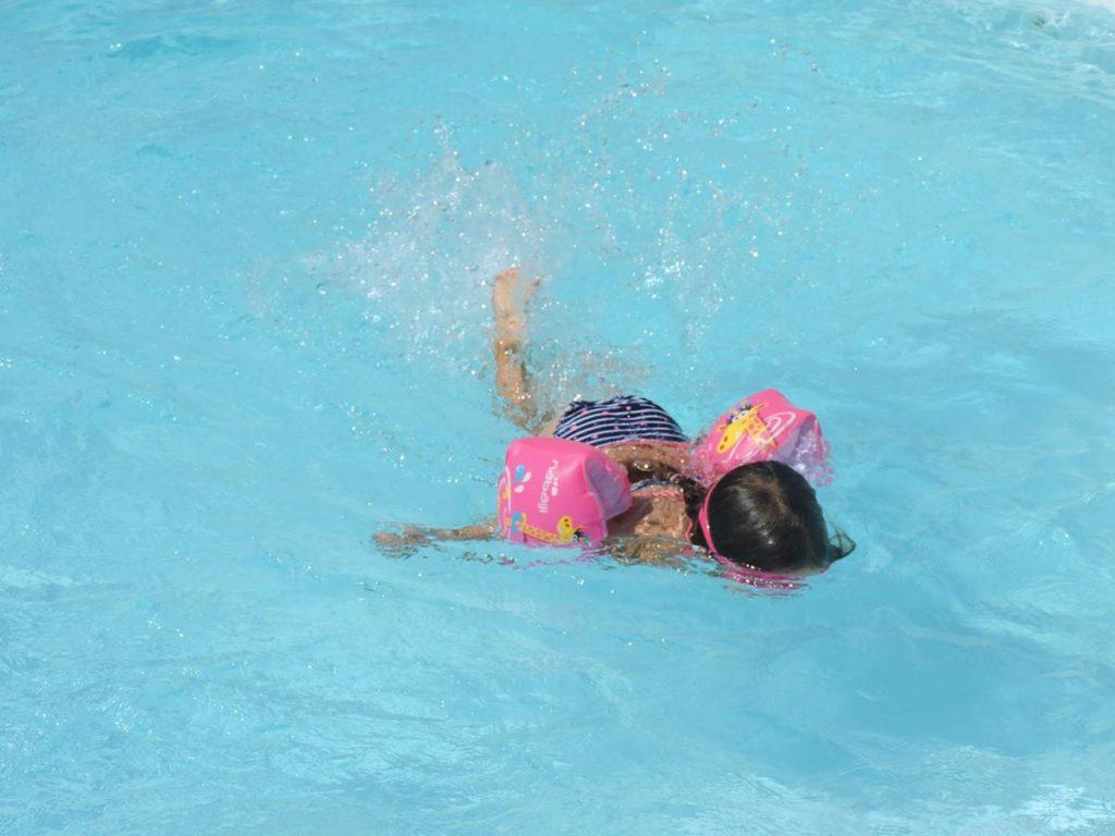 nage dans la piscine