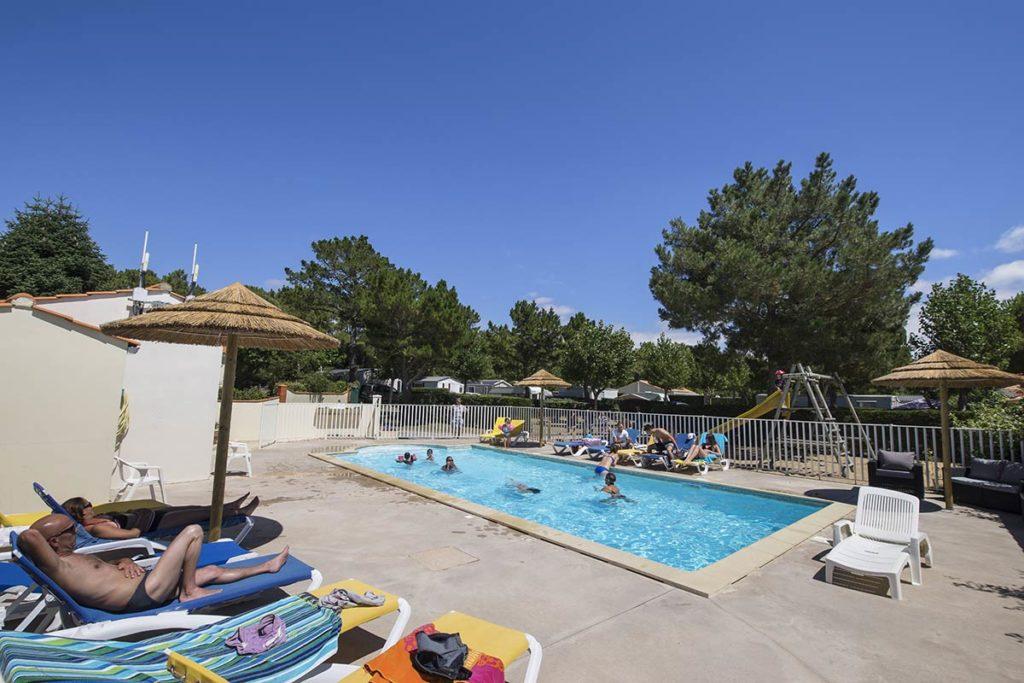 les nageurs dans la piscine chauffée